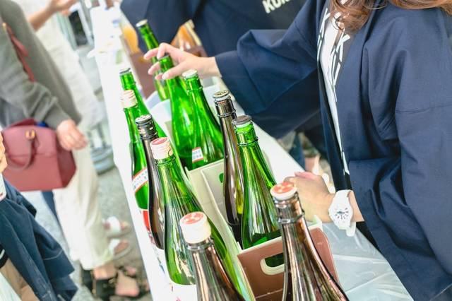 普段は地元でしか飲むことのできない日本酒や果実酒を用意
