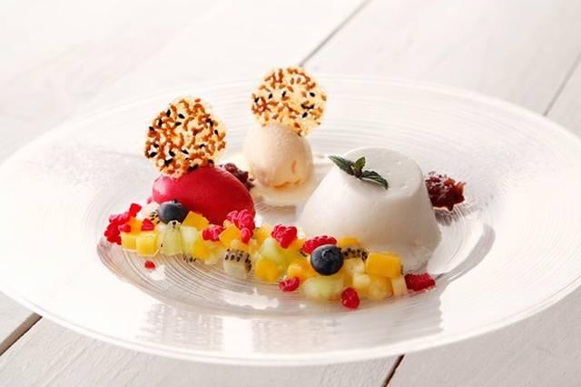 キハチ「白胡麻のブランマンジェ フルーツとソルベを添えて」1,080円(税込)