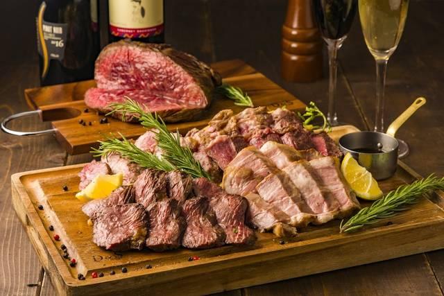 厚切りビーフステーキをメインに、料理9品中4品が肉料理