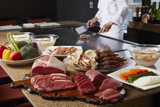 シェフが焼き上げる鉄板焼が食べ放題! ホテル最上階で豪華なオマール海老やステーキに舌鼓