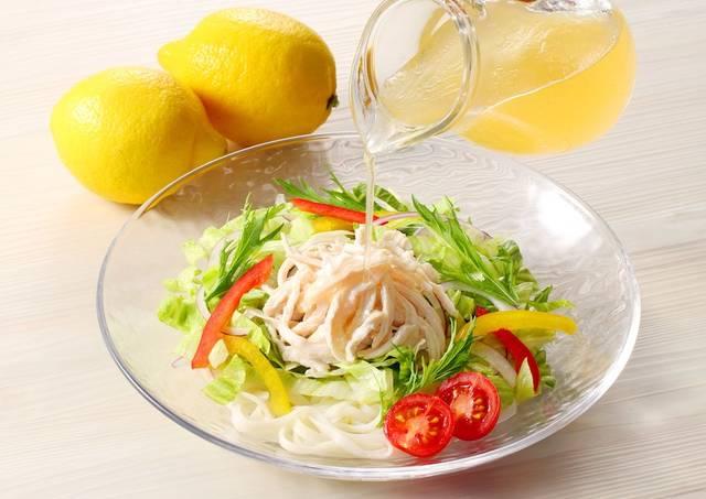 かも川手延素麺「瀬戸内レモンだれで食べる手延べサラダうどん 桃太郎チキンのせ」