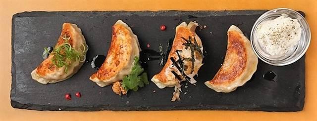 「4種の餃子と前菜セット」850円(税別)