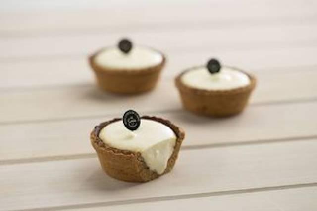 ローザンヌ「はちみつロールケーキ」(上)と、リトルローザンヌ「チーズタルト」(下)の長所を組み合わせた