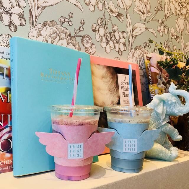 ビーガンドリンク「ピンクドリーム」「ブルーラグーン」各680円(税別)を発売