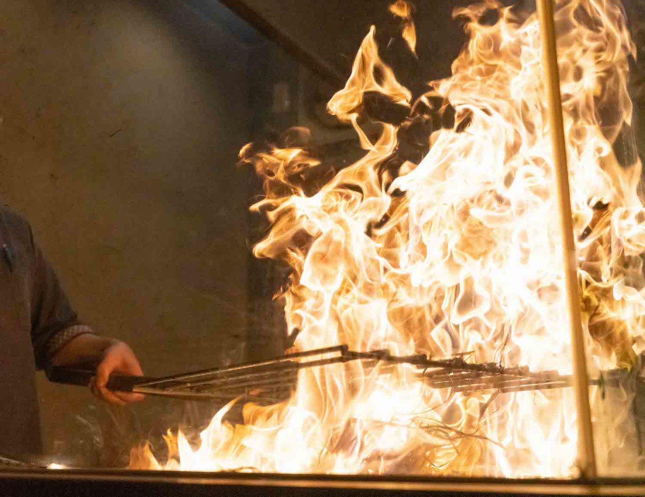 藁焼きブースで焼き上げた鰹は是非ご賞味頂きたい逸品、金華塩と一緒にどうぞ 恵比寿夜ノ森-河口湖-