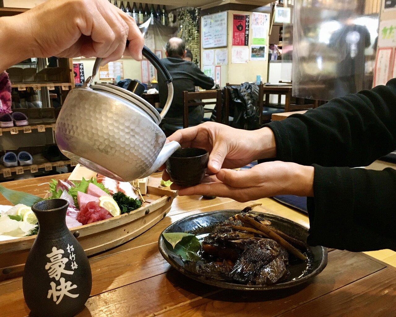 「お酒とは、身体も心も和ませてくれるもの」…京都のサラリーマン街にある、やかん酒が名物の居酒屋店主の噺