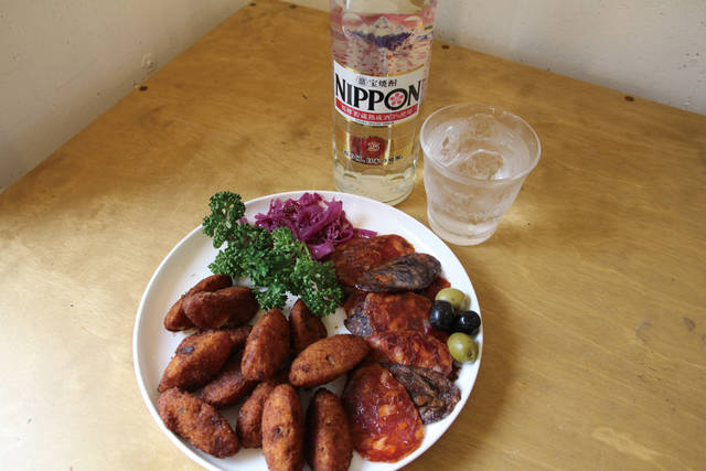【国民食の干しダラを使ったコロッケや、燻製のイべリコ豚の生ハムなど、塩気の効いたポルトガル料理】