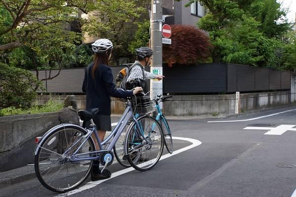 親子で通学路をいっしょに走り、危険な箇所を確認する