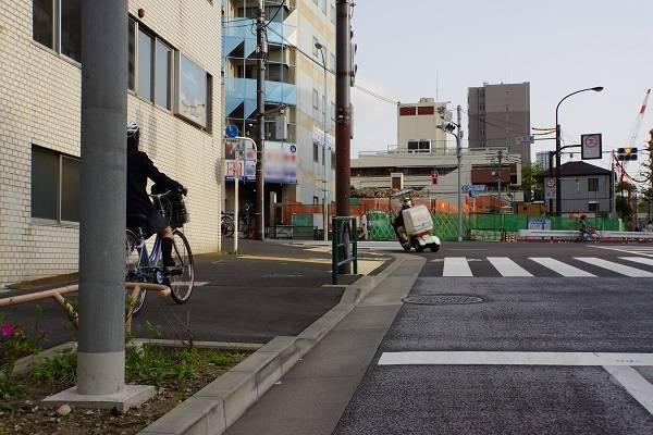 歩道を走行する自転車は、遮られてしまってよく見えない