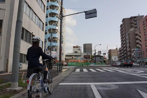 車道を走行する自転車は、ドライバーからはっきり視認できる