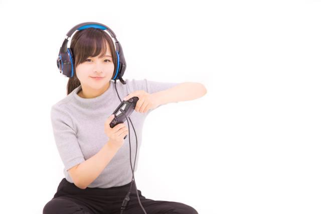 レース系ゲームをプレイする女子 | ぱくたそ-フリー素材 (5320)