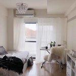 透明感が美しい! 6畳の部屋を広く使う一人暮らしレイアウト&収納術