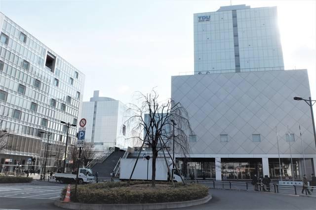 北千住駅東口すぐの場所にある東京電機大学