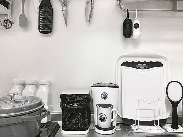 棚などに収納できないキッチン用品も、色味が統一されていればそのままでもスッキリした印象に。