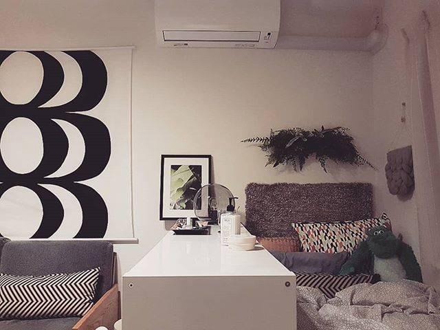 間仕切り棚で仕切ることで、ベッドルームとリビングの2つのスペースを確保。