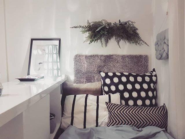 ベッド側からも棚が使えるので便利。棚の上は、間接照明やTVのリモコンなどの置き場としても活用