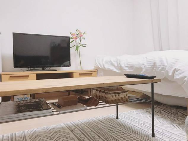 テレビ台、ベッド、テーブルの高さがほとんど同じ。高さを揃えるのも広く見せるテクニック。
