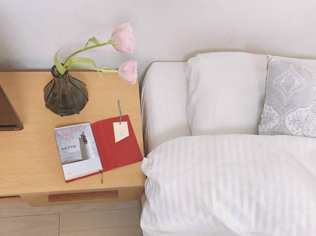 模様替えをしたことで、枕元で花を楽しめるように。