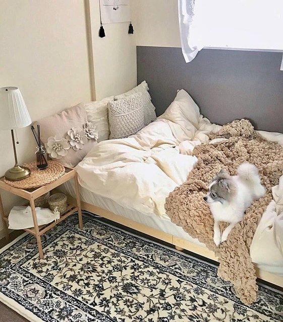 IKEA定番のラグをベッドサイドに