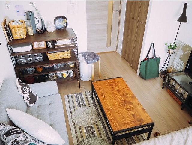 今年の夏買い替えた食器棚(左奥)も、部屋に馴染むウッドデッキ調