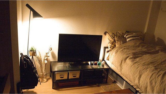 テレビ裏の間接照明と、スタンドライト使用時