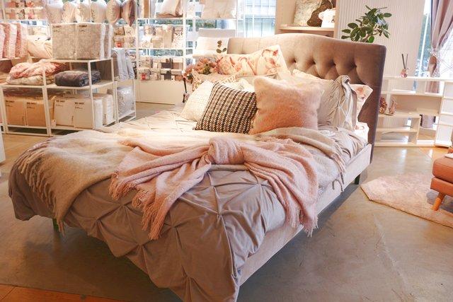スローをリボン型に結ぶだけで、とってもキュートなベッド空間に。