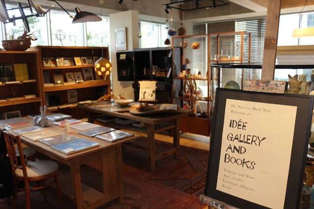 3階では、選りすぐりのアート作品やデザイン系の書籍を紹介。