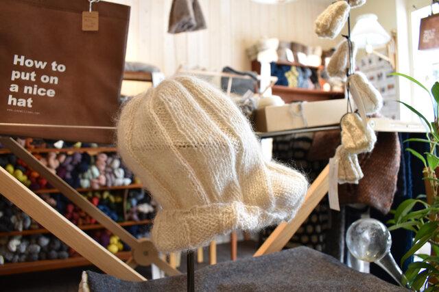 ウールの帽子。そのままストレートに被っても、ブリムを作ってシルエットを変えても◎。