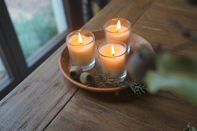 ハーブの香りはナチュラルな雰囲気の木製トレイにならべてディスプレイ