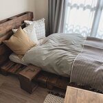サイドテーブルのほかにもアイデアいろいろ!かわいくて実用的なベッド横のインテリア - とりぐら 一人暮らしの毎日がもっと楽しく