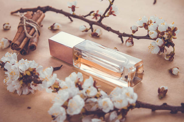 香水で男ウケ抜群のおすすめブランドは?男性を引き寄せるモテる女の香りとは?