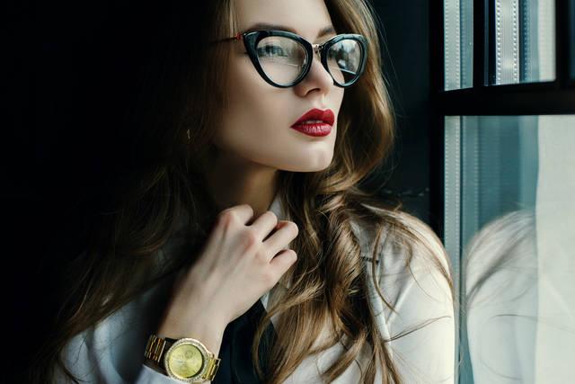 伊達メガネでおしゃれ度アップの女子が急増中!顔の形別の選び方やコーデ!