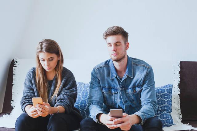嫉妬深い彼氏の心理とは?特徴や対処法・上手く付き合う方法を紹介