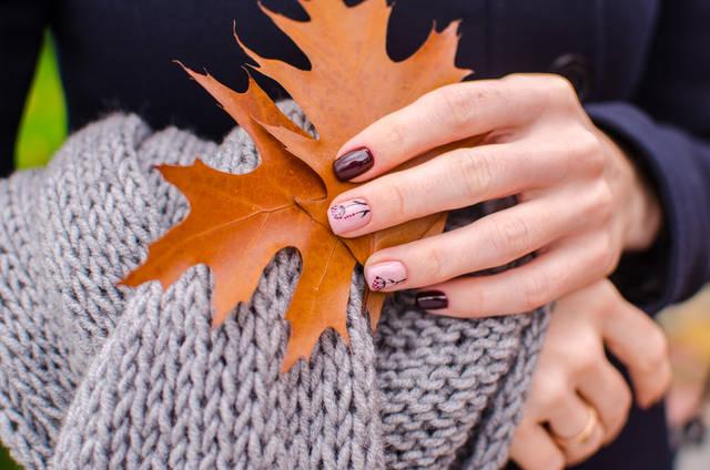 セルフネイルを秋カラーに!自分で出来るオフィスでもOKなシンプルデザイン集!