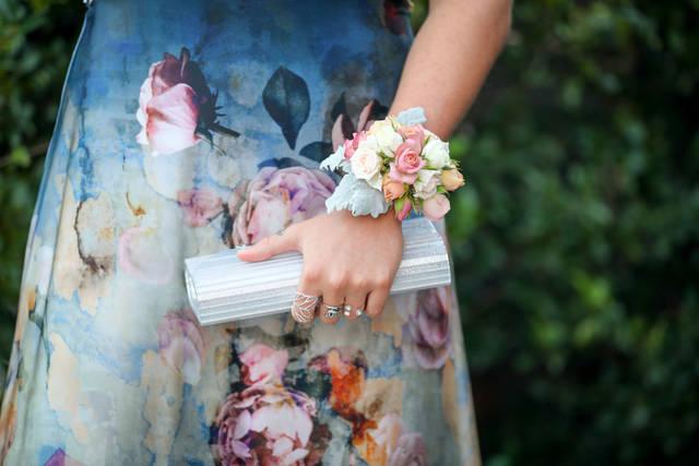 結婚式でコサージュの付け方や位置・色の選び方は?おすすめのデザインも紹介