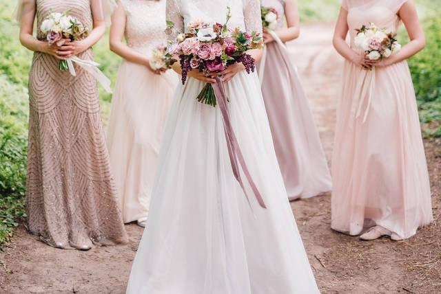 結婚式の服装【女性】でお呼ばれマナーやNGポイントは?アレンジ次第でOKになる?