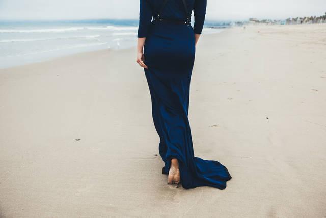 ネイビーのドレスは人気で王道!上品でおしゃれな大人のコーディネート