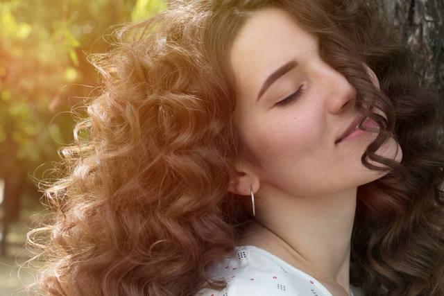ミディアムの巻き髪を簡単に作る!自分でできる巻き方別のアレンジ方法も