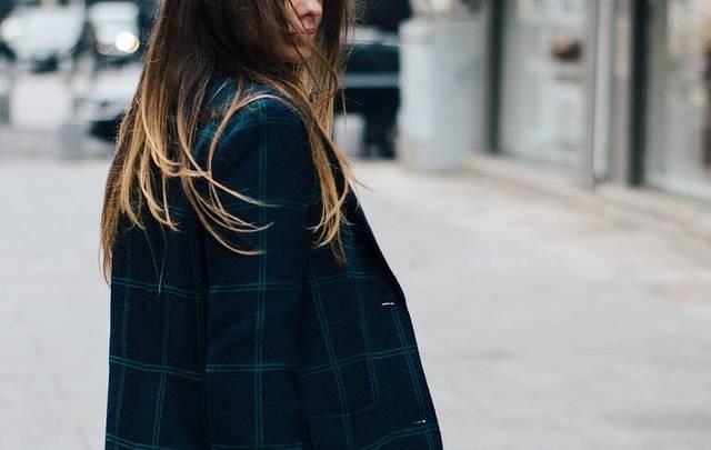 ネイビーコートで冬の定番コーデを!おしゃれ女子の着こなしはマフラーも巻く!