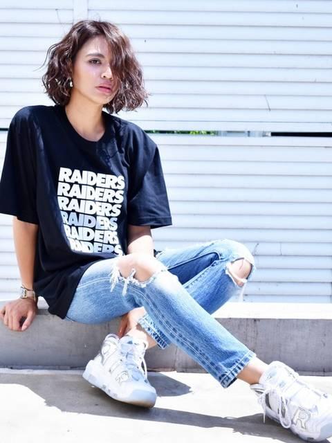 黒Tシャツ×ダメージデニムのシンプルコーデ