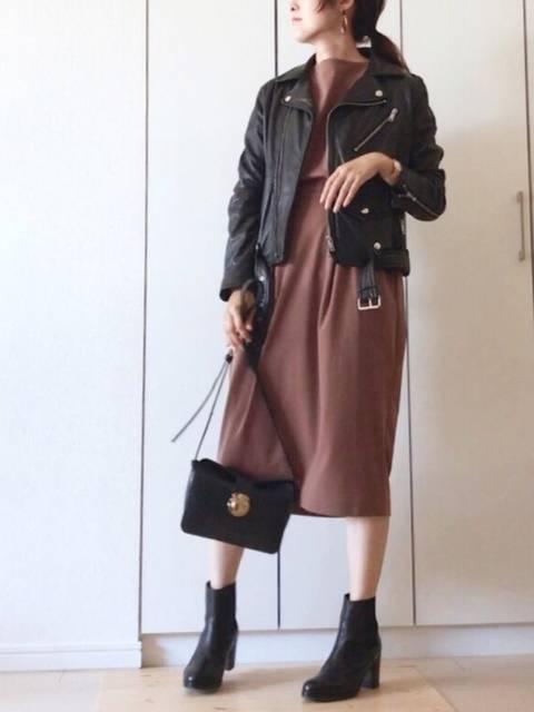 ライダースジャケットとミドル丈のロングスカート
