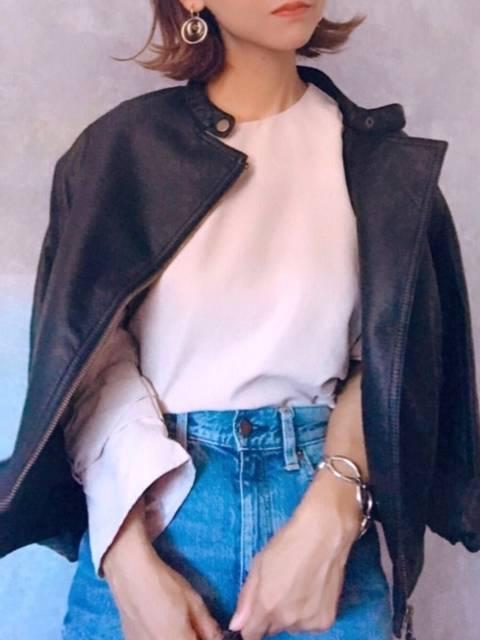 ライダースジャケットを羽織っているファッション