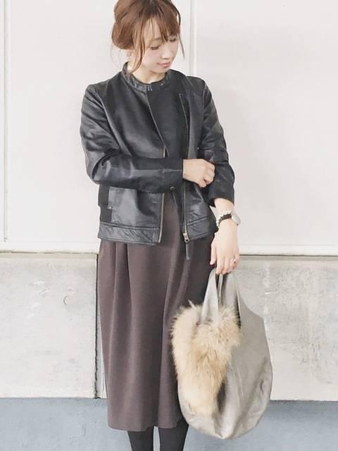 黒のライダースジャケットにロングスカート