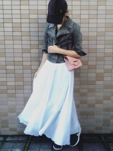 デニム調黒ライダースジャケットに白のフレアロングスカート