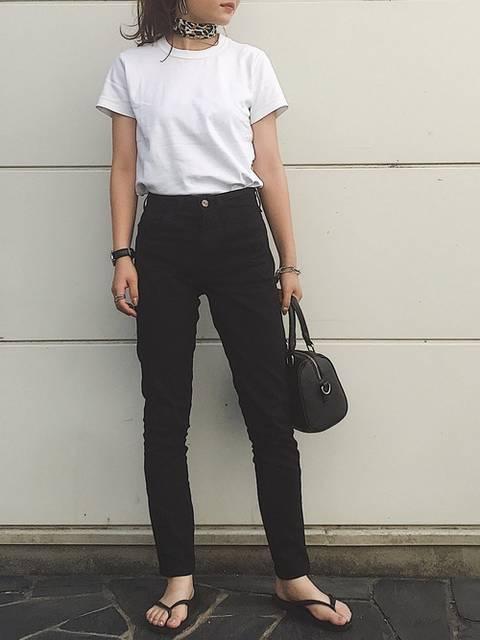 シンプルな白Tシャツと黒のパンツのモノトーンコーデ
