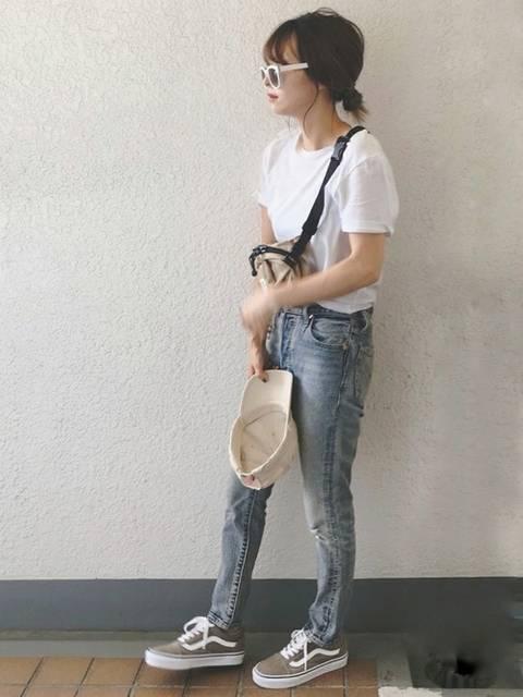 シンプルな白Tシャツとジーンズの定番カジュアルコーデ