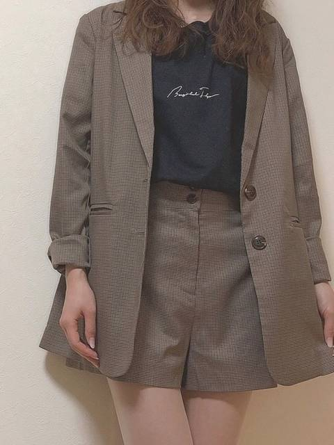 ショートパンツとジャケットのオシャレコーデ
