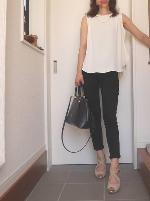 ホワイトのゆるめノースリーブシャツと七分丈パンツスタイル