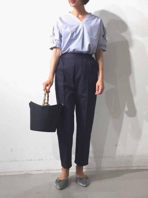 ストライプブルー半袖シャツとネイビーパンツスタイル