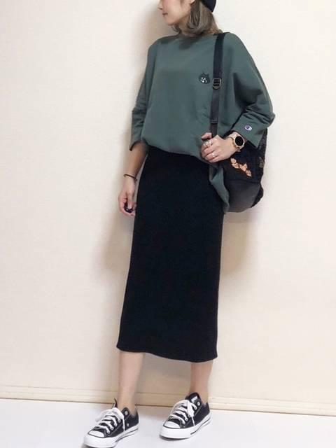 グリーンのスウェットと黒のスカートのコーデ